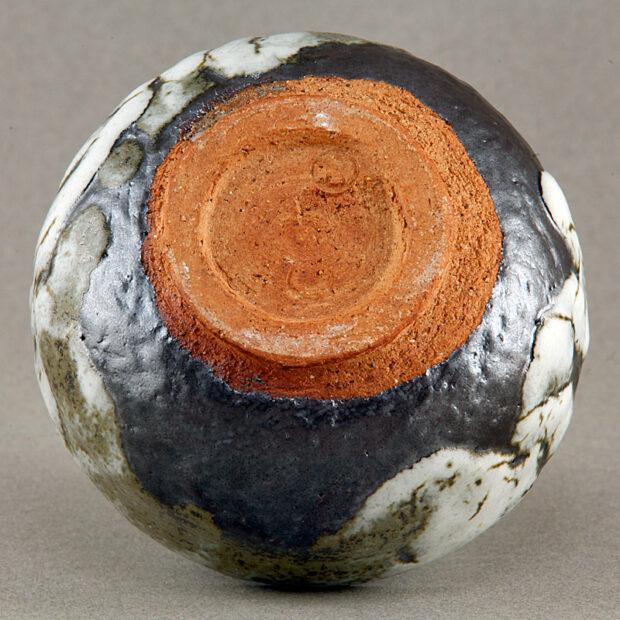 BOL3d 4805 | Sylviane Perret | Noir et blanc | Produit | 80,00€ | 52376131 | Bol en gré. Aspect mat (blanc) et satiné (noir). Modelé main. Glaçure épaisse blanche de cendres de bois sur glaçure d'argile récoltée (Islande). Intérieur noir satiné, glaçure d'argile. | Sylviane Perret - Atelier Céramique de Saint-Amans | Terre et Terres | 10 décembre 2020