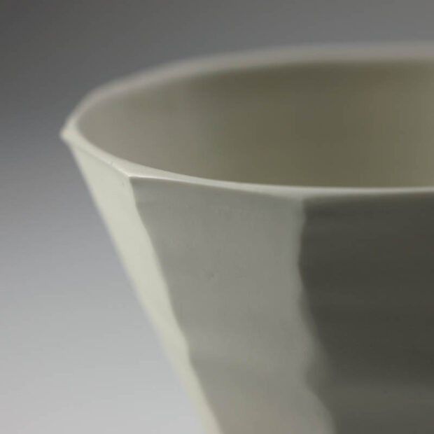 Coupe V 4 | Eric Faure | Coupe V | Produit | 65,00€ | 32826278 | Coupe tournée et sculptée en porcelaine émaillée | Eric Faure | Terre et Terres | 10 décembre 2020