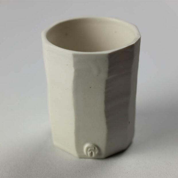 Gobelet G 2 | Eric Faure | Gobelet droit | Produit | 25,00€ | 24866297 | Gobelet tourné et sculpté en porcelaine émaillée | Eric Faure | Terre et Terres | 10 décembre 2020