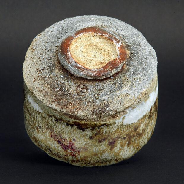 MG 3550 | Sylviane Perret | Chawan 2020/1 | Produit | 100,00€ | 92296048 | Bol en grés argile récoltée, modelé main, avec pied.<em>Description</em> : Extérieur: superpositions de glaçures aux argiles récoltées et émail blanc aux cendres de bois, aspect brillant-satiné. Intérieur : glaçure d'argile (Islande), aspect satiné. <em>Cuisson</em> réductrice 1300°. | Sylviane Perret - Atelier Céramique de Saint-Amans | Terre et Terres | 10 décembre 2020