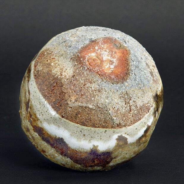 MG 3554 | Sylviane Perret | Chawan 2020/2 | Produit | 100,00€ | 85676033 | Bol en grés argile récoltée, modelé main et pans coupés, sans pied. Extérieur: superpositions de glaçures aux argiles récoltées et émail blanc aux cendres de bois, aspect brillant. Intérieur : glaçure d'argile (Espagne), aspect satiné. <em>Cuisson</em> réductrice 1300°. | Sylviane Perret - Atelier Céramique de Saint-Amans | Terre et Terres | 10 décembre 2020