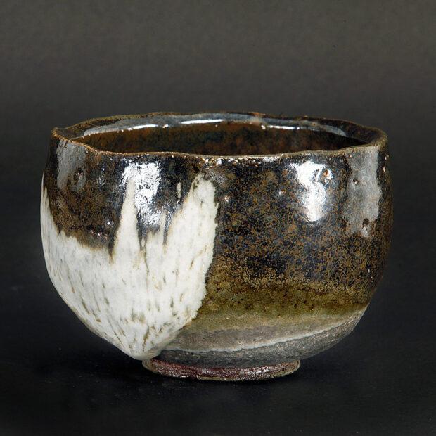 MG 3565 | Sylviane Perret | Chawan 2020/4 | Produit | 100,00€ | 46276062 | Bol en grés argile récoltée, modelé main, avec pied.<em>Description</em> : Extérieur: superpositions de glaçures aux argiles récoltées et émail blanc aux cendres de bois, aspect brillant. Intérieur : glaçure d'argile (Islande), aspect satiné. <em>Cuisson</em> réductrice 1300°. | Sylviane Perret - Atelier Céramique de Saint-Amans | Terre et Terres | 10 décembre 2020