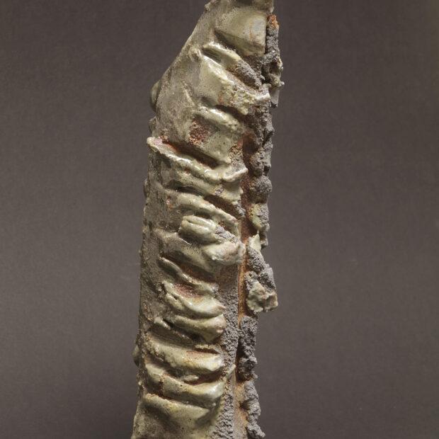 2015 06 9608 | Sylviane Perret | Walking stone. II | Produit | 350,00€ | 91416732 | Sculpture en grés faisant partie d'une série de 4, émaillée de glaçures élaborées avec des argiles récoltées au Maroc, et surmontée d'une pierre. Elle est fixée sur un socle en grés lui-même émaillé (non visible sur la photo). 2 cuissons à 1300°C en four gaz, atmosphère réductrice. | Sylviane Perret - Atelier Céramique de Saint-Amans | Terre et Terres | 10 décembre 2020