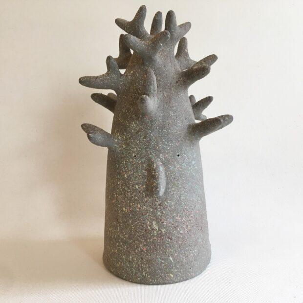 ArbreMGris1 | Hilde Segers | Je suis un arbre | Produit | 90,00€ | 86796981 | Sculpture en grès gris - Taille moyen | Circaterra Céramique - Hilde Segers | Terre et Terres | 10 décembre 2020