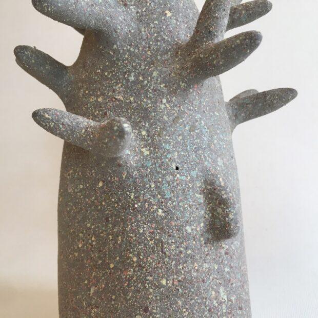 ArbreMGris4 | Hilde Segers | Je suis un arbre | Produit | 90,00€ | 86796981 | Sculpture en grès gris - Taille moyen | Circaterra Céramique - Hilde Segers | Terre et Terres | 10 décembre 2020