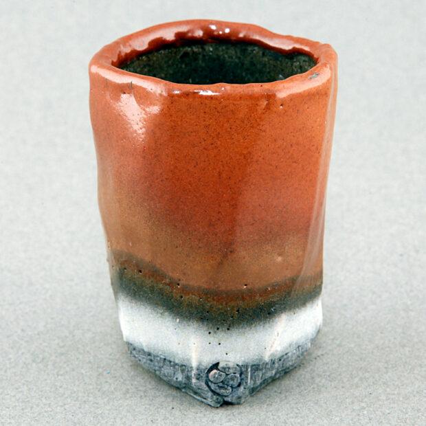 CHA3 4880 | Sylviane Perret | Yunomi 5 | Produit | 350,00€ | 48856738 | Sculpture en grés faisant partie d'une série de 4, émaillée de glaçures élaborées avec des argiles récoltées au Maroc, et surmontée d'une pierre. Elle est fixée sur un socle en grés lui-même émaillé (non visible sur la photo). 2 cuissons à 1300°C en four gaz, atmosphère réductrice. | Sylviane Perret - Atelier Céramique de Saint-Amans | Terre et Terres | 10 décembre 2020