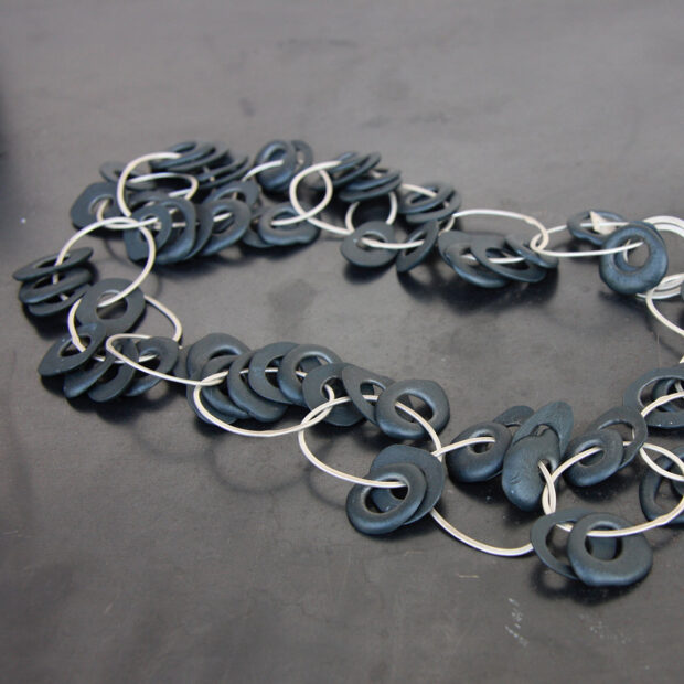 IMG 0821   Violaine Ulmer   collier petit bruit   Produit   280,00€   7196   collier porcelaine et argent massif.   Violaine Ulmer   Terre et Terres   10 décembre 2020