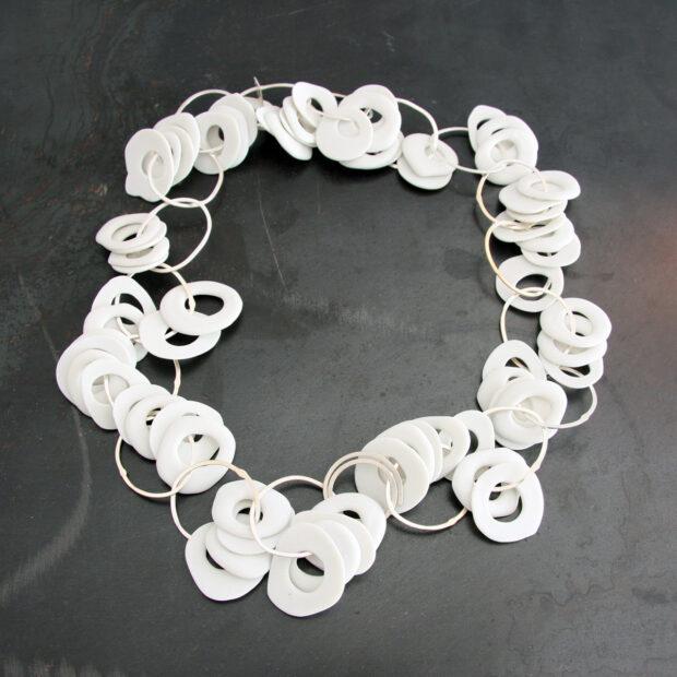 IMG 1156   Violaine Ulmer   collier petit bruit   Produit   280,00€   7196   collier porcelaine et argent massif.   Violaine Ulmer   Terre et Terres   10 décembre 2020