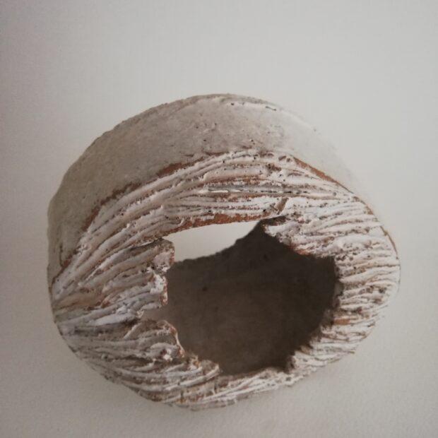 Passage 1.3 | Sylvie Delphaut | Passage 1 | Produit | 120,00€ | 7283 | Sculpture en grès roux et émail. Passage de l'air, de la lumière, cheminement du regard, traversée. Ovale de 17cm sur 13cm. 2paisseur 11cm. | Sylvie DELPHAUT | Terre et Terres | 11 décembre 2020