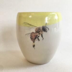Tasse abeille 1 | Hilde Segers | 'Le monde des insectes' - Tasse abeille | Produit | Terre et Terres | 17 décembre 2020
