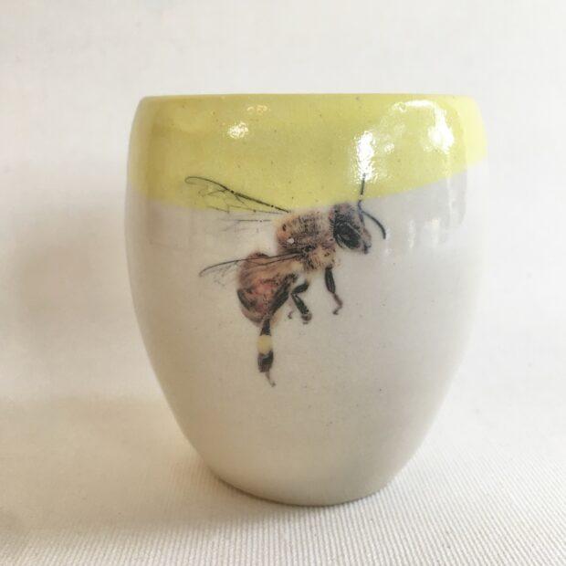 Tasse abeille 1 | Hilde Segers | Pièce de petite série | 'Le monde des insectes' - Tasse abeille | Pièce de petite série | Produit | Terre et Terres | 17 décembre 2020