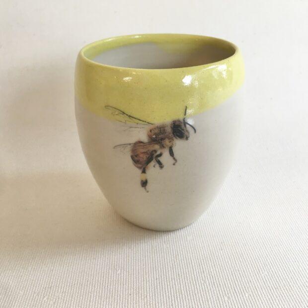 Tasse abeille 2 | Hilde Segers | 'Le monde des insectes' - Tasse abeille | Produit | 15,00€ | 52316989 | Tasse en grès blanc | Circaterra Céramique - Hilde Segers | Terre et Terres | 17 décembre 2020